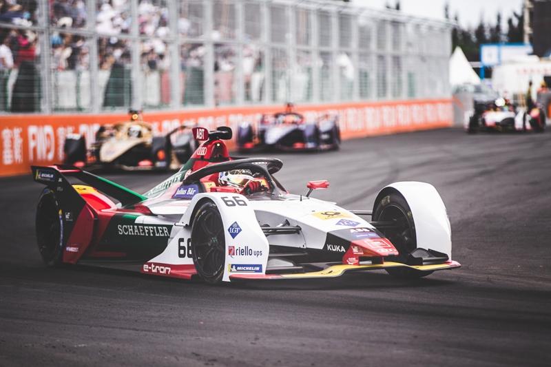 a 2 奥迪e-tron FE05赛车以风驰电掣的速度,展现出在赛道上的绝对实力.jpg